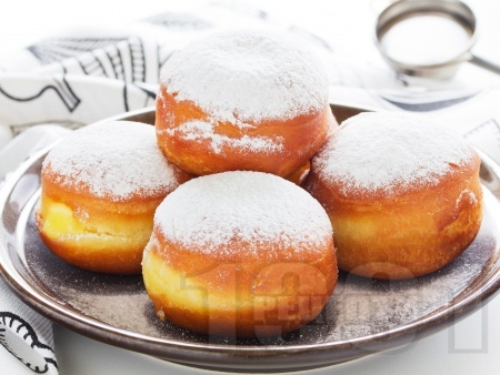 Понички с пудра захар и шприцован пълнеж от сладко от вишни - снимка на рецептата